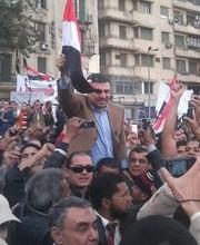 شاهد عمرو الليثي محمولا على الاعناق داخل ميدان التحرير