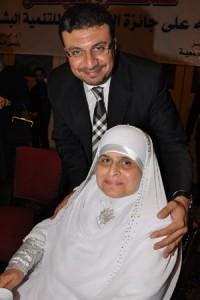 صورة عمرو الليثى ووالدته